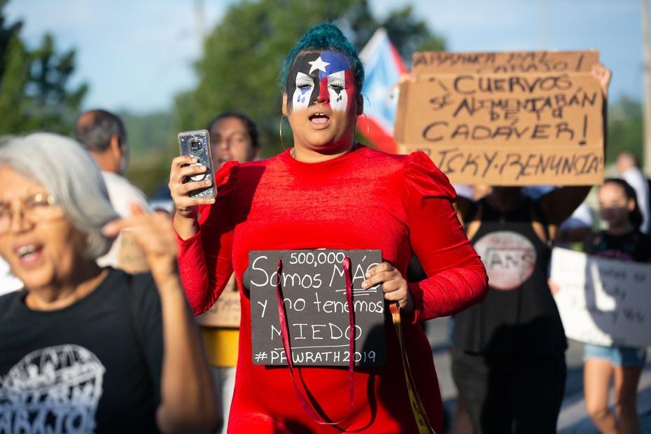 """Una manifestante mostraba una pancarta que leía: """"Somos más y no tenemos miedo""""."""