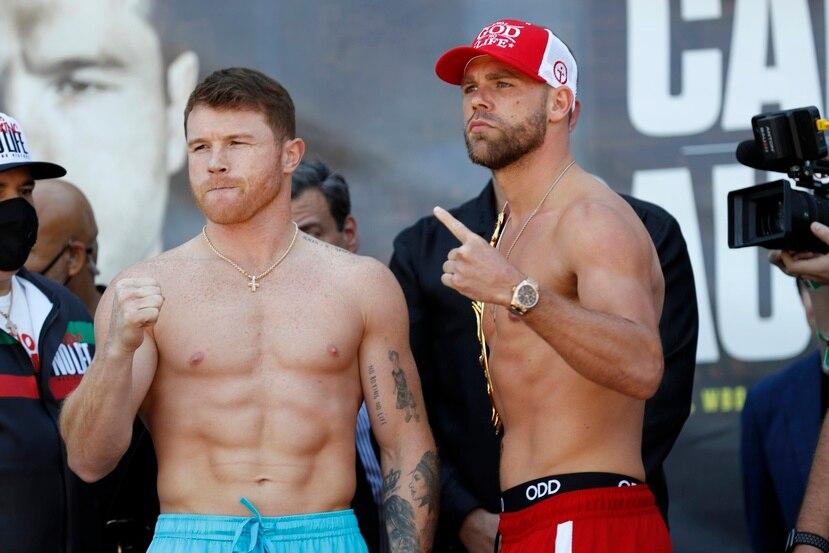 """""""Canelo"""" Álvarez, a la izquierda, y Billy Joe Saunders durante el pesaje de este viernes."""