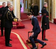 Andy Murray es nombrado caballero por el príncipe Charles durante una ceremonia realizada en el Palacio de Buckingham, el jueves, 16 de mayo. (Dominic Lipinski/PA vía AP)