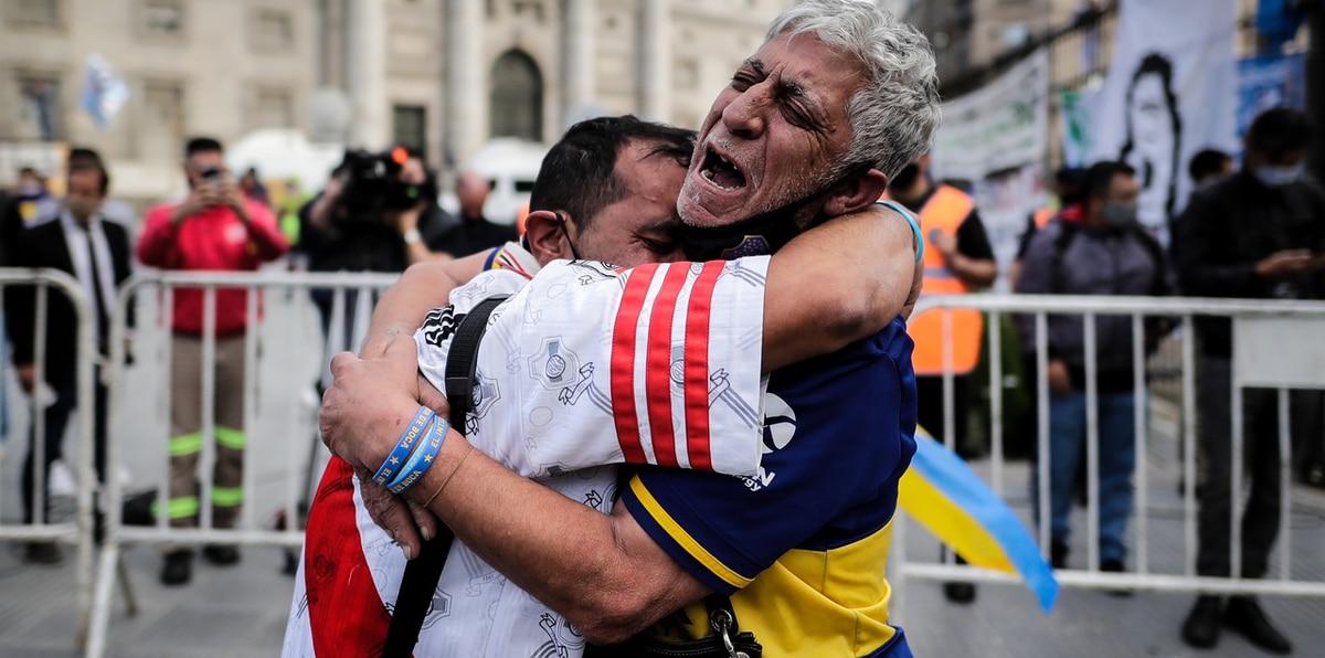 Forcejeos, filas y llanto en velorio de Maradona