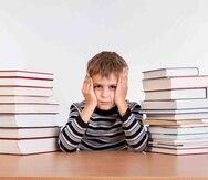 La literatura nos indica que la mayor parte de las consecuencias indeseables que afectan a los escolares sometidos a estrés son de carácter psicológico (por ejemplo: ansiedad, depresión y problemas específicos de aprendizaje), pero también los escolares s