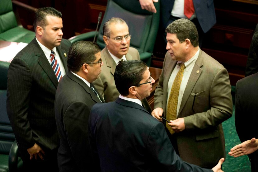 Casi todos los miembros de la Cámara de Representantes se identificaron como cristianos y la mayoría de los legisladores son hombres.