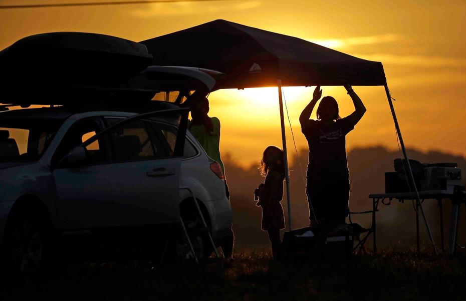 Una familia levanta una tienda de campaña al amanecer en Hokinsville, Kentucky,justo en el punto de mayor intensidad. (The Associated Press)