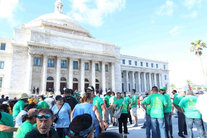 """Los trabajadores comenzaron a llegar, desde las 6:00 de la mañana, al área de la plazoleta del ala norte de la """"Casa de las Leyes""""."""