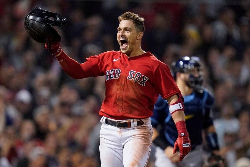 Kike Hernández reacciona tras conectar el batazo decisivo que dejó sobre el terreno a los Rays de Tampa Bay para darle el triunfo y el pase a la Serie de Campeonato a los Red Sox de Boston.
