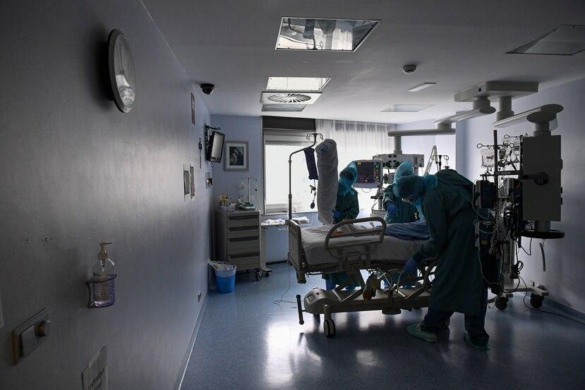 Personal médico atiende un paciente con COVID-19 que permanece en intensivo en un hospital de España.