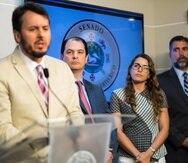 Desde la izquierda: Jorge Martel, VP y gerente general de T-Mobile PR ; Enrique Ortiz de Montellano, presidente de Claro y los abogados Alexandra  Verdiales y Josué Juan Morán Sifre, de Liberty y AT&T.