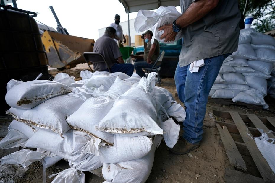 Los sacos de arena también se distribuirían a las personas de edad avanzada y personas con impedimentos físicos a modo de ayudarlos a resguardar sus hogares.