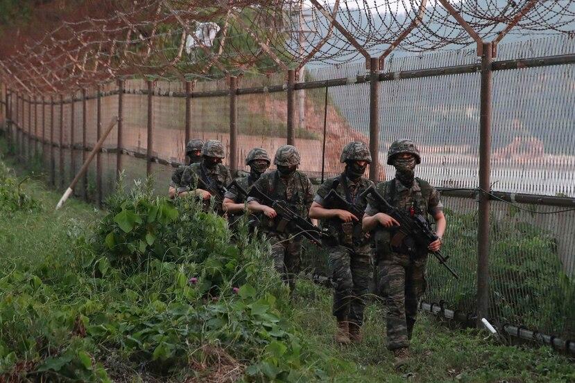 Soldados surcoreanos vigilan la isla de Yeonpyeong, en Corea del Sur. (AP)