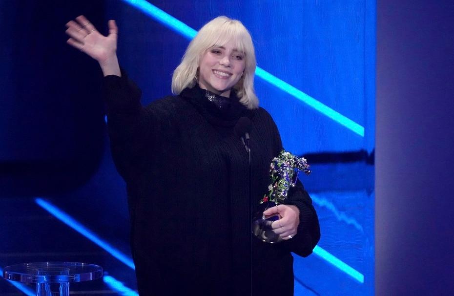 """Billie Eilish recibe el premio """"video for good"""" por """"Your Power"""" durante los premios MTV Video Music Awards. (Foto por Charles Sykes/Invision/AP)"""