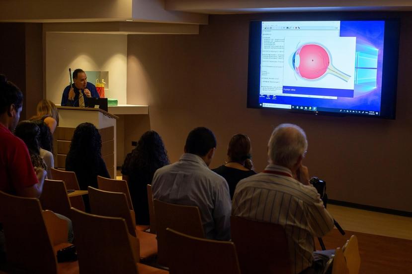 El profesor Álvarez presenta el  proyecto del ojo virtual parlante en el Recinto de Ciencias Médicas de la UPR.