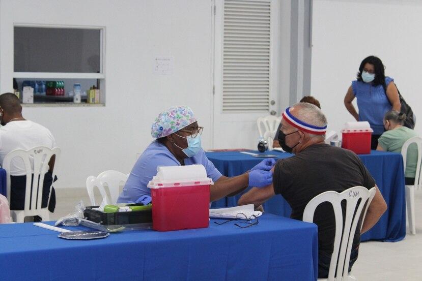 Personal del Departamento de Salud y del Colegio de Médicos Cirujanos de Puerto Rico administran vacunas de Pfizer-BioNTech a adultos mayores en Ceiba.