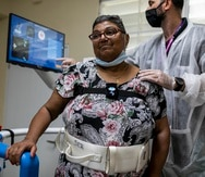 Manuel Hernandez, asistente de terapia, le da servicios a Maritza Rivera, de 62 años.