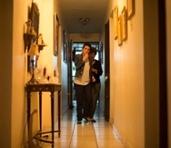Nilmarie, de 45 años, tiene la capacidad intelectual de una niña de edad preescolar. La madre, Nydia Hernández, dice que le da todos los tratamientos recomendados por especialistas.