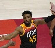 Donovan Mitchell, base del Jazz de Utah, festeja durante el quinto partido de la serie de playoffs ante los Grizzlies de Memphis.