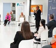"""Manuel Laboy (al centro), secretario del Departamento de Desarrollo Ecocómico y Comercio (DDEC), durante la presentación del """"Miércoles Naranja""""."""