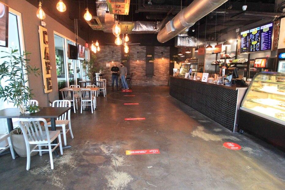 La orden ejecutiva establece que todo restaurante debe disminuir su capacidad de clientes dentro del lugar a 25% en aras de mantener seis pies de distanciamiento social.
