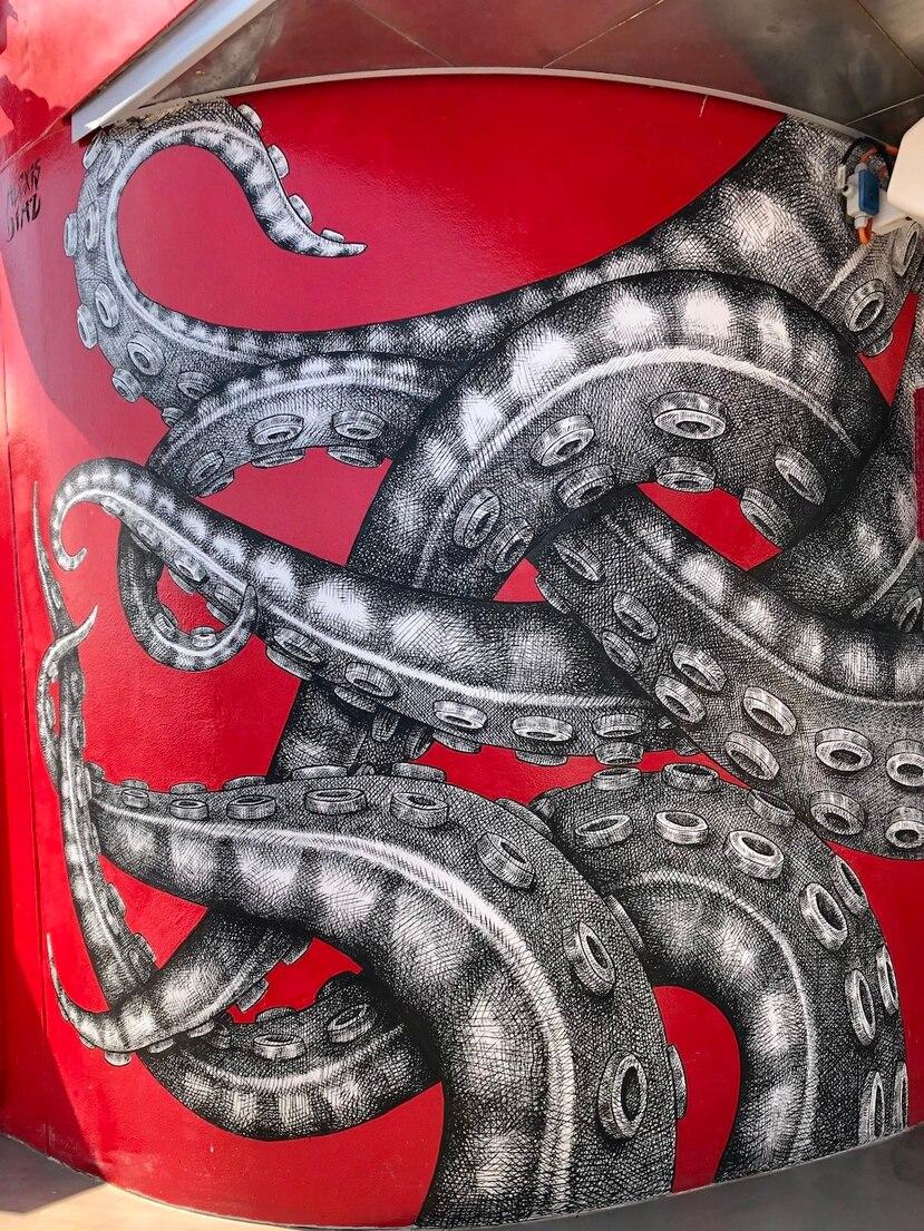 Los tentáculos son un elemento presente en los murales de Díaz.