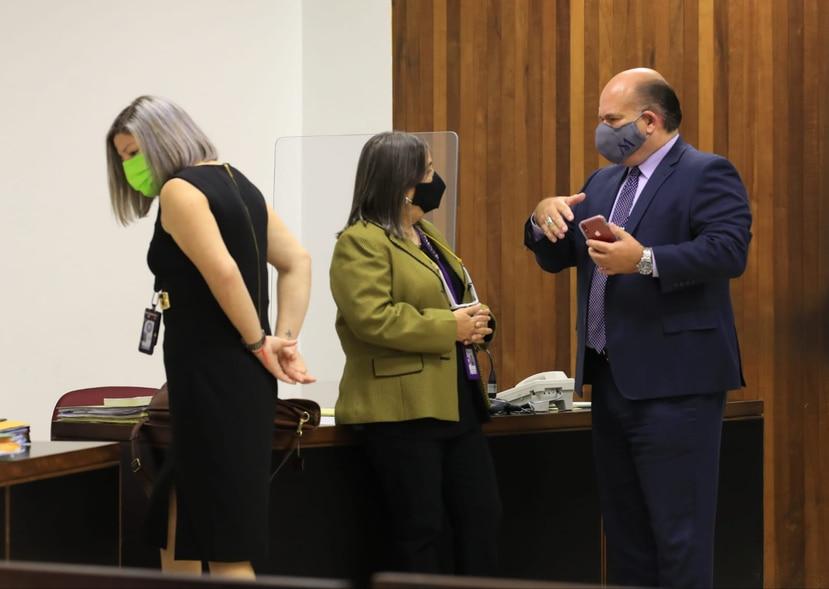 El abogado Manuel Morales Smith junto a las fiscales Jéssica Cabrera y Gretechen Pérez.