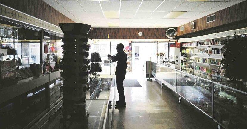 Las penumbras dan la  bienvenida a la Farmacia Amadeo, que opera desde 1870 en Vega Alta y desde María funciona sin electricidad.