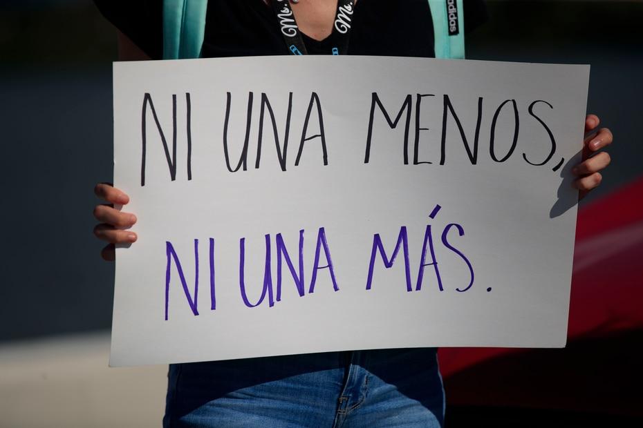 """Una de las personas que se dio cita en la manifestación llevó una pancarta con un mensaje sencillo, pero contundente. """"Ni una menos. Ni una más"""" se ha convertido en el reclamo para frenar la violencia de género."""