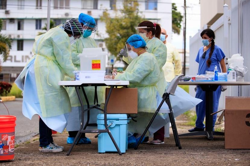 Entre los que se beneficiarán de los incentivos están los trabajadores de la industria de salud que se mantuvieron en labores presenciales durante la pandemia.