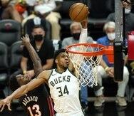 Giannis Antetokounmpo, de los Bucks, se apresta a donquear el balón contra Bam Adebayo, del Heat, en el cuarto juego de la serie de playoffs.
