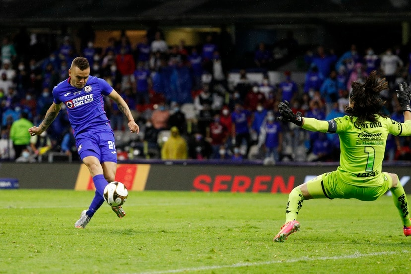 Jonathan Rodriguez anota el gol del Cruz Azul en el juego de vuelta de la final del torneo Clausura mexicano ante el Santos.