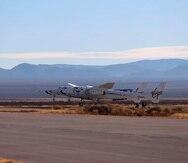 Fotografía facilitada por Virgin Galactic de su aeronave SpaceShipTwo Unity, adjunta a la nave nodriza VMS Eve, mientras despega el sábado 12 de diciembre de 2020 del centro Spaceport America en el sur de Nuevo México para un vuelo de prueba.