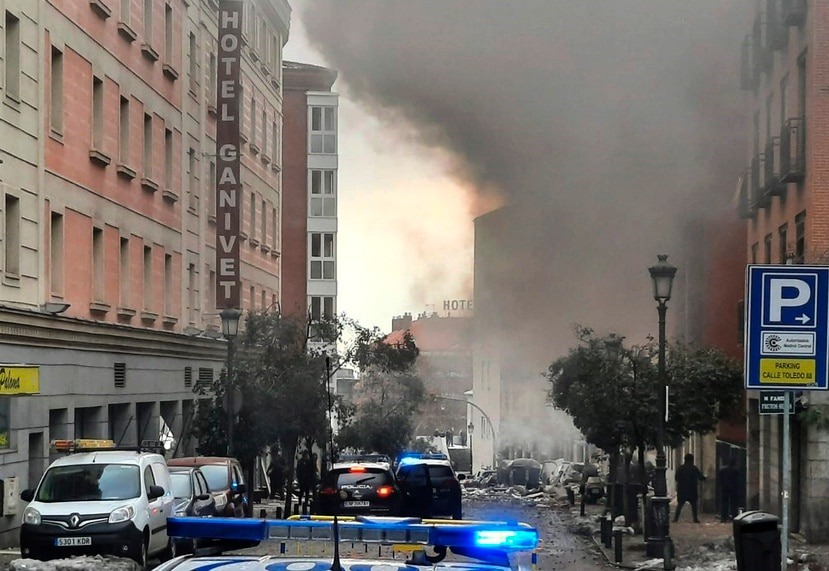 Bomberos atienden la explosión en una calle céntrica de Madrid el miércoles, 20 de enero de 2021.