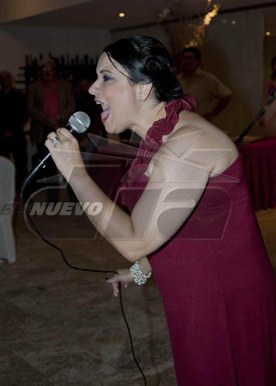 Una eufórica Mari Tere González se dirige a los presentes. (Suministrada)