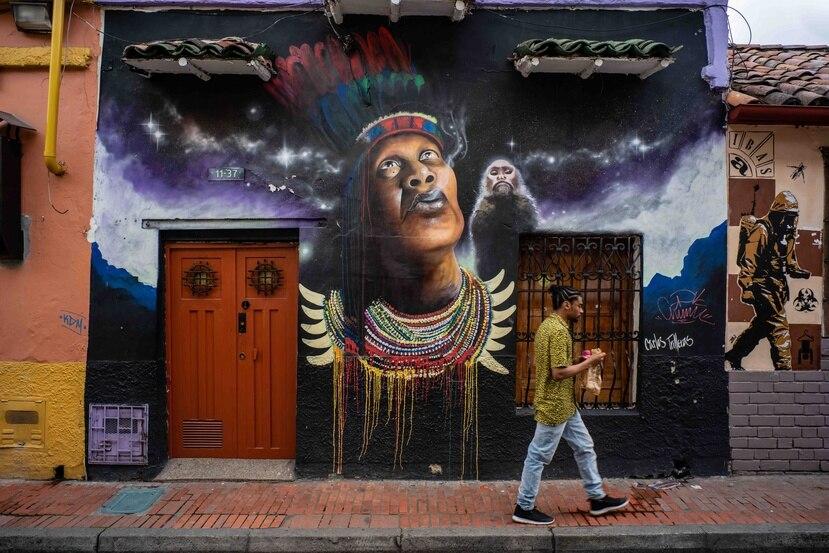 La Candelaria, un vecindario en Bogotá, se conoce por su arte urbano y sus edificios históricos.  (Federico Ríos Escobar/The New York Times)