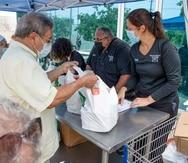Voluntarias y voluntarios acuden cada semana a El Comedor de la Kennedy para atender a miles de ciudadanos que necesitan de los alimentos que allí distribuyen.