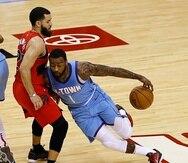 John Wall, de los Rockets de Houston, con el balón, trata de quitarse de encima la defensa de Fred VanVleet, de los Raptors, durante el desafío del lunes.