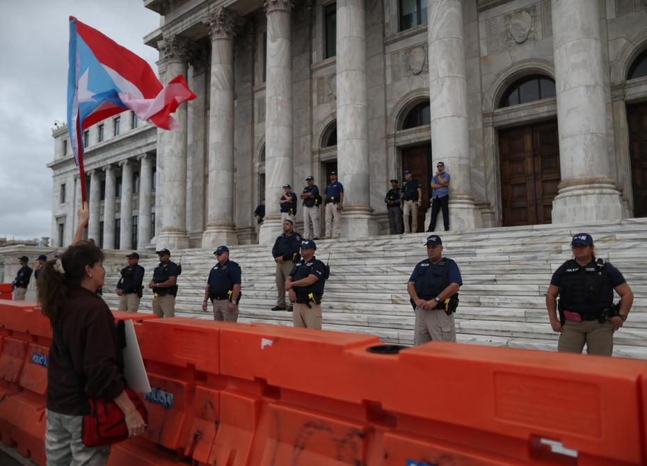 El Negociado de la Policía colocó efectivos en las escalinatas que llevan a la entrada del Capitolio.