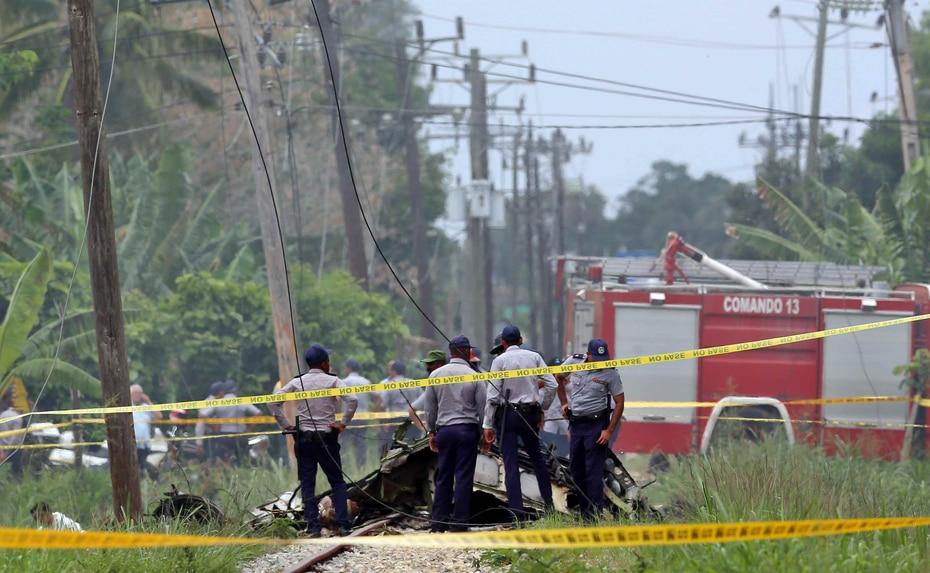 Policías y militares custodian los restos del avión Boeing-737 que se estrelló en La Habana (Cuba). (EFE)