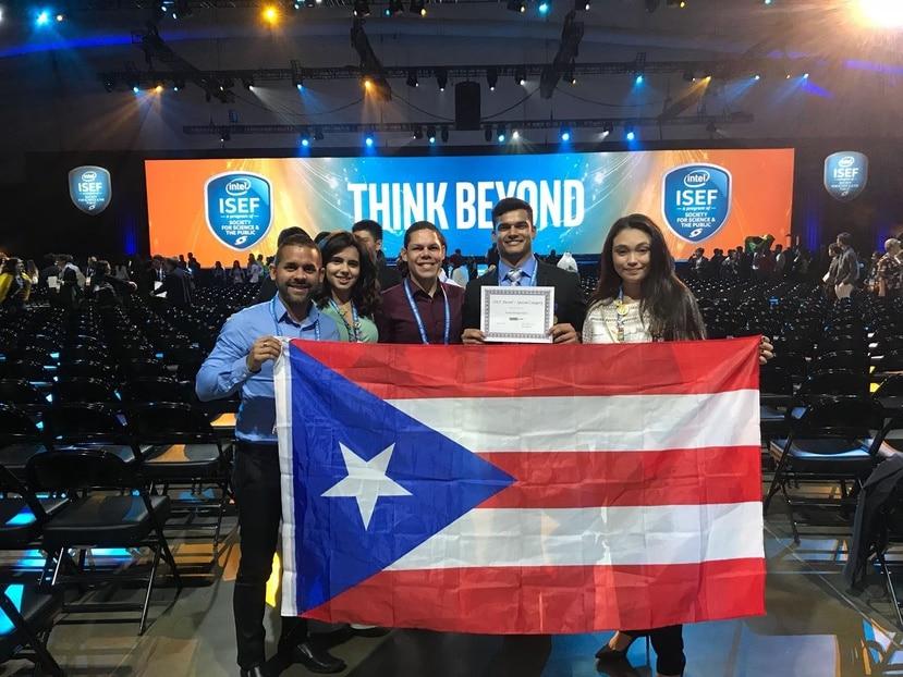 Joshua Santiago posa con la bandera de Puerto Rico y el Premio Oracle que obtuvo en el Intel ISEF. (Suministrada)