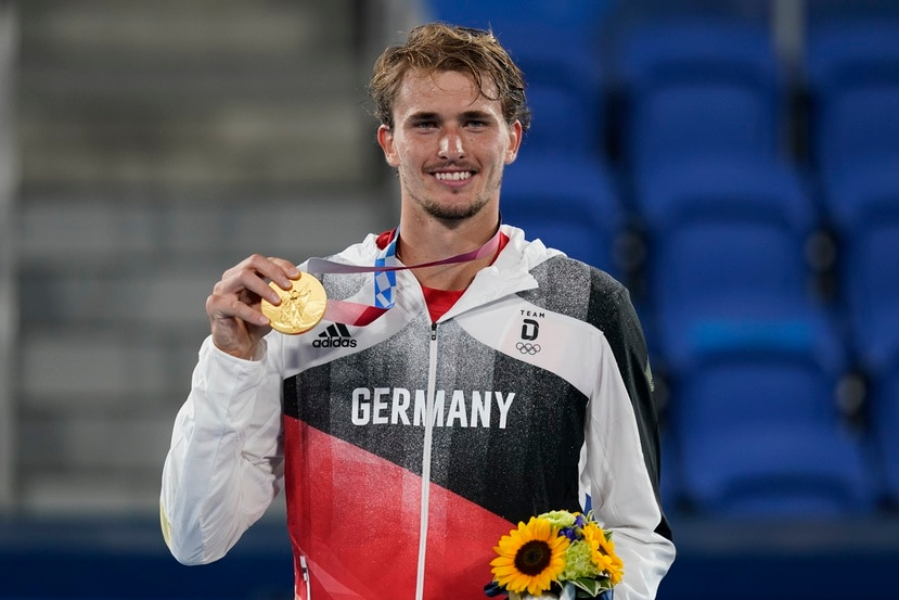 El tenista Alexander Zverev posa con su medalla de oro.