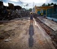 Al día siguiente del terremoto de 6.4 y sus réplicas, la niña  Isabella Santiago observaba los escombros de un edificio que se derrumbó en la calle Rufina en el centro del pueblo de Guayanilla.