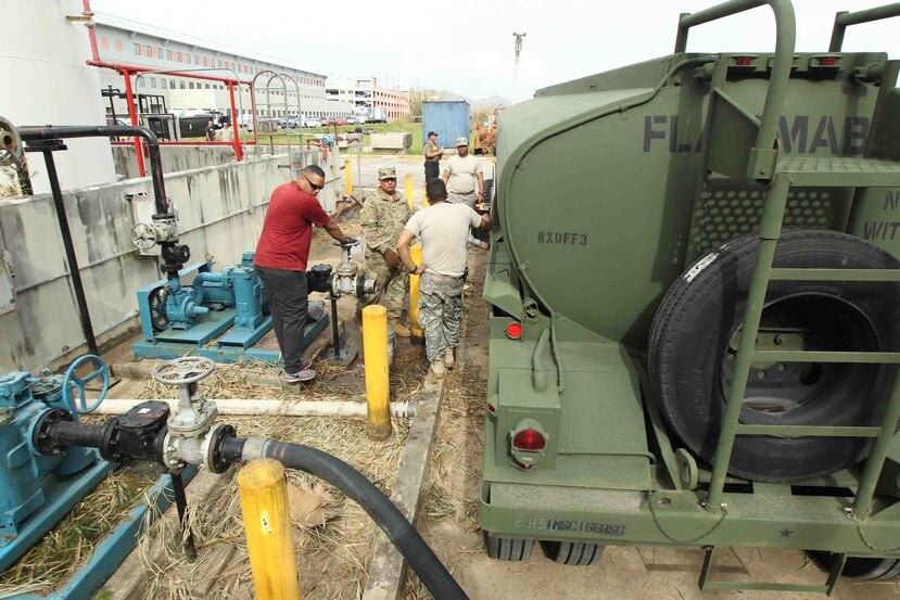 Soldados de la Reserva del Ejercito de Estados Unidos entregan diesel en el hospital HIMA San Pablo de Caguas.