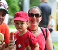 El pequeño André y sus padres, Gilberto Cruz y Aimée Alicea, fueron una de las miles de familias que disfrutaron de los sabores de Nestlé Ice Cream, en el Día Nacional del Helado.