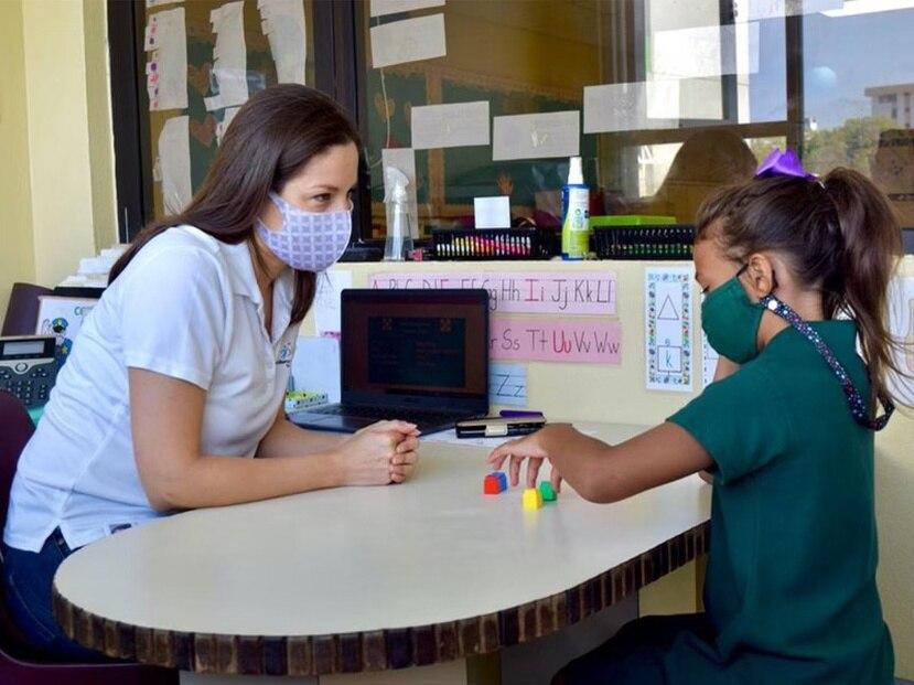 """Camill Sotomayor, """"reading clinic supervisor"""" realiza una intervención multisensorial de fonética con una de las participantes."""