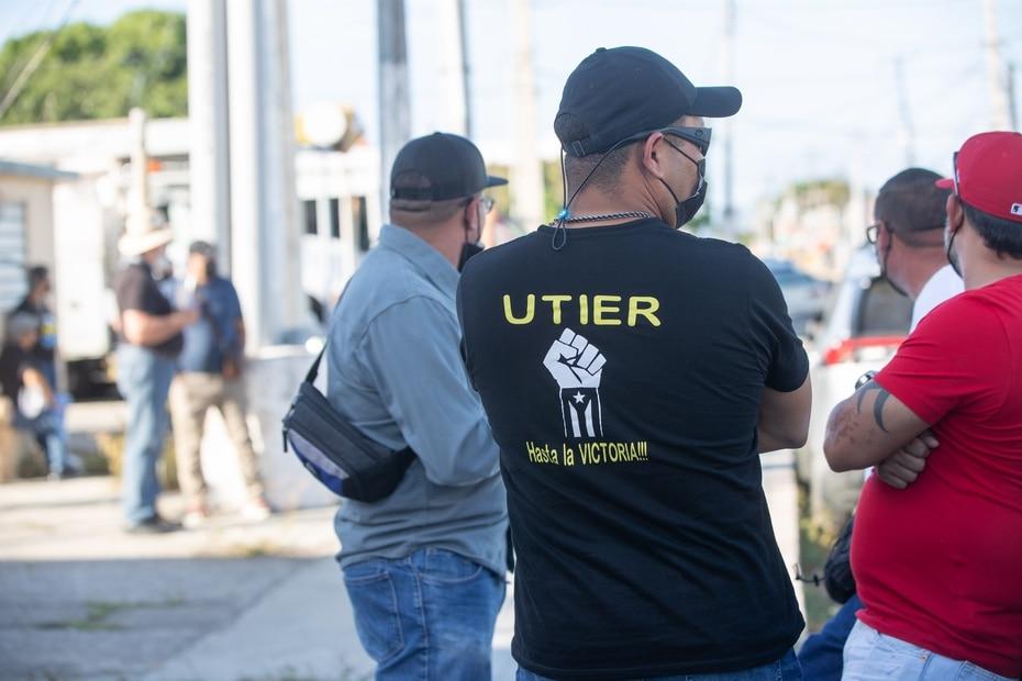 Exempleados de la AEE protestan en Ponce en contra de la privatización de la corporación pública.
