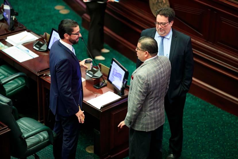 Los representantes Gabriel Rodríguez Aguiló, Rafael Hernández y Denis Márquez (de izq. a der.) durante la sesión legislativa de hoy, lunes.