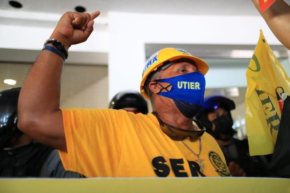 Los miembros de la Utier llegaron hasta las oficinas de la Junta de Supervisión Fiscal en Hato Rey para exigir la cancelación del contrato.