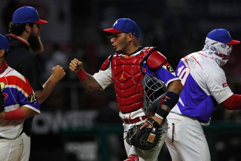 Yadier Molina celebra la victoria de la semifinal contra México en la Serie del Caribe.