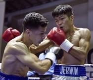 McJoe Arroyo (izquierda) y el filipino Jerwin Ancajas intercambian golpes durante su duelo del 3 de septiembre pasado en Manila, Filipinas. Ancajas destronó al boricua Arroyo por decisión. (Archivo)