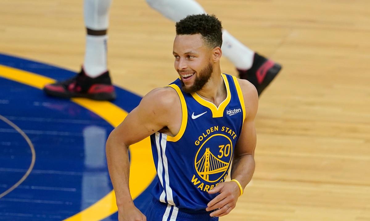 Stephen Curry está quemando la malla y tiene a los Warriors en batalla por los playoffs