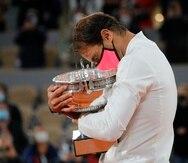 El español Rafael Nadal sostiene el trofeo mientras celebra su victoria en la final del Abierto de Francia contra el serbio Novak Djokovic.