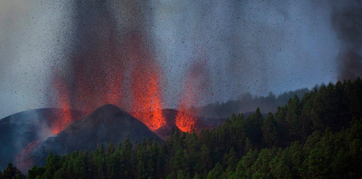 El volcán que ha erupcionado tiene siete bocas, y de dos de ellas está manando abundante lava en dirección a los núcleos poblados de Alcalá y Paraíso, que ya ha sido desalojado.